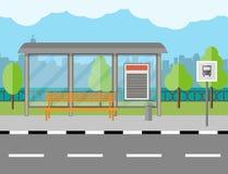 Bushaltestelle mit Bank- und Stadthintergrund Stockbild