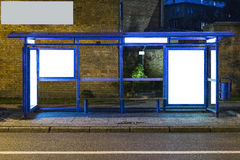 Bushaltestelle mit einer Anschlagtafel Lizenzfreie Stockfotografie
