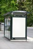 Bushaltestelle mit einer unbelegten Anschlagtafel Stockbild