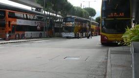 Bushaltestelle am Parken für die Aufwartung senden chinesisches Volk und foriegner Reisende stock footage
