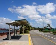 Bushaltestelle und blauer Himmel Stockfoto