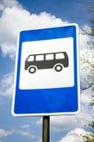 Bushalteteken op postpool, verkeersweg roadsign royalty-vrije stock foto's