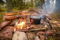 Bushcraft położenie z campingowym garnkiem na płonącym ogieniu Obraz Stock