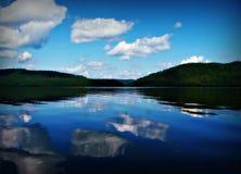 bushers утихомиривают валы захода солнца отражения moutain озера состава отражая вертикальные Стоковые Изображения RF