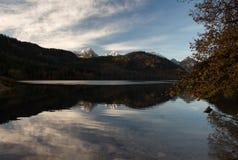 bushers утихомиривают валы захода солнца отражения moutain озера состава отражая вертикальные Стоковая Фотография