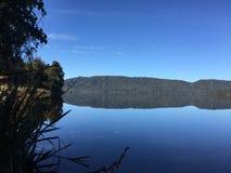 bushers утихомиривают валы захода солнца отражения moutain озера состава отражая вертикальные Стоковые Фото