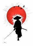 Bushido -背景日本人旗子的武士 免版税库存照片