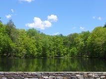 Bushkill的双湖在Poconos,宾夕法尼亚落 库存照片