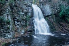 Bushkill cai nas montanhas do pocono de Pensilvânia imagens de stock royalty free
