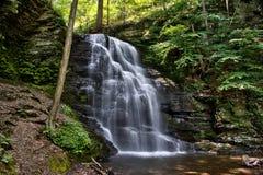 Bushkill tombe dans les montagnes de Pensylvania Pocono Images stock