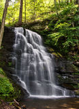 Bushkill tombe dans les montagnes de Pensylvania Pocono Photo stock