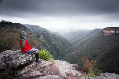Bushwalker beundrar winterviewsbergvildmarken som dimma och cl royaltyfri bild