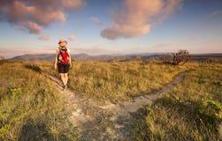 Bushwalker fêmea que caminha nas montanhas azuis imagens de stock royalty free
