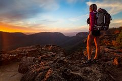 Bushwalker na podwyżce w górnych Błękitnych górach osiągać szczyt zdjęcie royalty free