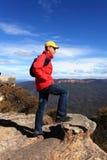 Bushwalker-Wanderer, der heraus über Gebirgstalansichten schaut Lizenzfreies Stockbild