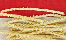 Busiate da massa em um fundo colorido imagem de stock