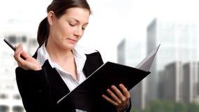 Busibesswoman mit geöffnetem Faltblatt Stockfoto