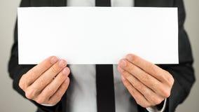 Busienssman tenant le papier blanc Images libres de droits