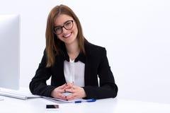 Busiensswoman que senta-se em seu local de trabalho no escritório Imagem de Stock Royalty Free