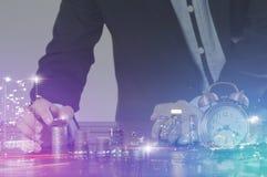 Busiessman штабелировало монетки и город Бангкока, мультимедиа Стоковое фото RF