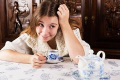 Busig attraktiv ung kvinna som ser av till sidan med Royaltyfri Foto