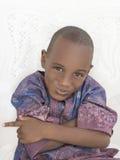Busig pojke som korsar hans armar, fem gamla år Arkivfoton