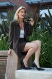 Busin blond caucasien d'années '40 attrayantes confiantes Image libre de droits