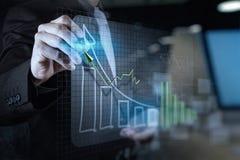 двойная экспозиция руки бизнесмена рисуя виртуальное busine диаграммы стоковое изображение rf