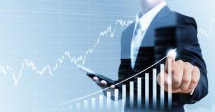 Busine crescente del grafico commovente finanziario attuale della mano dell'uomo d'affari Fotografie Stock