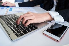 Businees-Mannarbeit über Schreibtisch, Laptop, Schreibarbeit stockfotografie