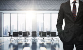 Busineesman im zeitgenössischen Büro Lizenzfreies Stockfoto