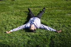 Businesman sur l'herbe verte Photo libre de droits