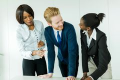 Business brainstorming by happy, nicely dressed multi-ethnic peo Royalty Free Stock Photography