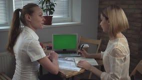 business businessman cmputer desk laptop meeting smiling talking to using woman Η γυναίκα που παρουσιάζει την έκθεση σχετικά με χ απόθεμα βίντεο
