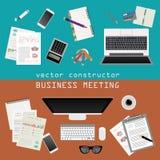 business businessman cmputer desk laptop meeting smiling talking to using woman Θέση εργασίας στο επίπεδο σχέδιο Κατασκευαστής το Στοκ εικόνες με δικαίωμα ελεύθερης χρήσης