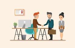 business businessman cmputer desk laptop meeting smiling talking to using woman Κοινό σύνολο 1 εργασιακών περιβαλλόντων Στοκ φωτογραφία με δικαίωμα ελεύθερης χρήσης