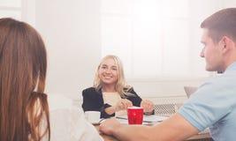 business businessman cmputer desk laptop meeting smiling talking to using woman Νέα επιχειρηματίας hipster στο σύγχρονο γραφείο στοκ εικόνες με δικαίωμα ελεύθερης χρήσης