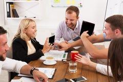 business businessman cmputer desk laptop meeting smiling talking to using woman Νέοι επιχειρηματίες και γυναίκες hipsters στο σύγ Στοκ φωτογραφία με δικαίωμα ελεύθερης χρήσης