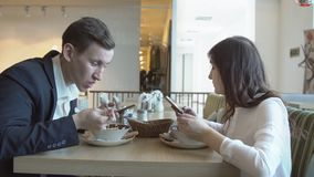business businessman cmputer desk laptop meeting smiling talking to using woman Ο νεαρός άνδρας και η γυναίκα έχουν το γεύμα φιλμ μικρού μήκους