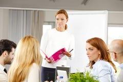 business businessman cmputer desk laptop meeting smiling talking to using woman Στοκ φωτογραφία με δικαίωμα ελεύθερης χρήσης