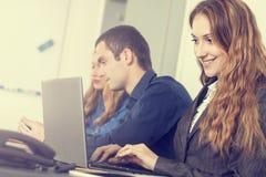 business businessman cmputer desk laptop meeting smiling talking to using woman Στοκ εικόνες με δικαίωμα ελεύθερης χρήσης