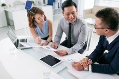 business businessman cmputer desk laptop meeting smiling talking to using woman Στοκ εικόνα με δικαίωμα ελεύθερης χρήσης