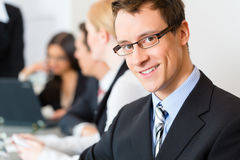 Business - businesspeople, meeting and presentation in office Royalty Free Stock Photos