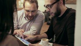 business cafe meeting laget använder minnestavlan lager videofilmer