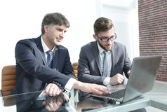 Business colleagues discuss working issues Royalty Free Stock Images
