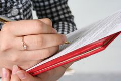 Business contract. The woman signs the business document Royalty Free Stock Photos