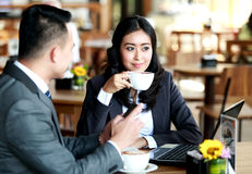 Business couple having a coffee break Royalty Free Stock Photography