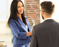 Smiling businesswoman communicating with male colleague Royalty Free Stock Photos