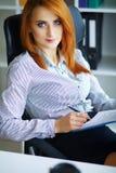 Business femme sérieuse de verticale Femme d'affaires avec H rouge Images libres de droits