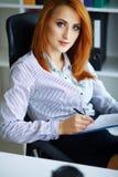 Business femme sérieuse de verticale Femme d'affaires avec H rouge Image libre de droits